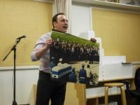 גילי גץ מציג את צילום הלויית יצחק רבין בהצגת היחיד שלו